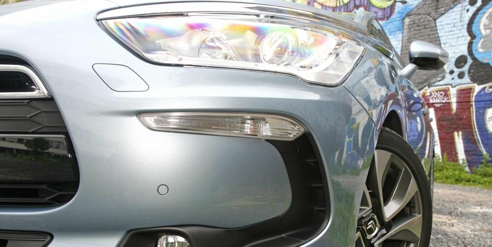 RUNDERE: Mange biler i dag har aggressive former i fronten. Citroën DS5 er rundere enn trenden. FOTO: Petter Handeland