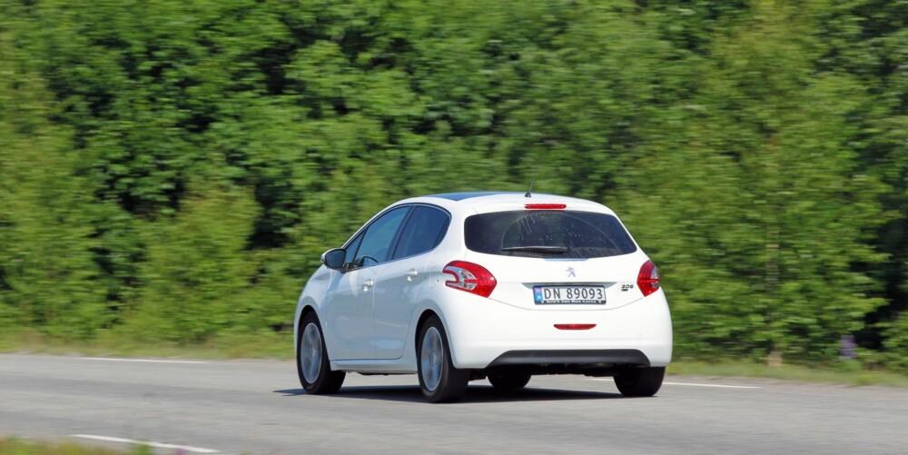 IKKE SKARP: Kjøreegenskapene er ikke like skarpe som i de tyske konkurrentene. Det betyr likevel ikke at Peugeot 208 er dårlig på veien - den er bare litt annerledes.