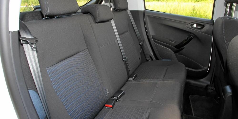 GOD PLASS: Baksetet i Peugeot 208 er omtrent like stort som i de mindre kompaktbilene. Det betyr at fire voksne kan dra på tur uten store problemer.
