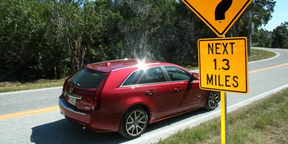 TAKLER SVINGER: Mange vil nok tro at en Cadillac vil slite så fort veien svinger på seg, men det gjelder definitivt ikke CTS-V. Til tross for høy vekt klarer den svingete utfordringer uten problemer.