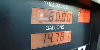 VANLIG SYN: Vi ble godt kjent med Floridas bensinpumper på turen. Med et oppgitt forbruk på over halvannen liter på mila, er det greit at bensinen ikke koster mer enn fem-seks kroner literen.