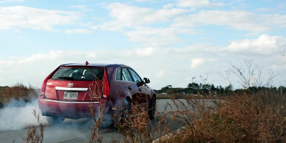 SETTER SPOR: Cadillac CTS-V har ingen problemer med å sette spor i både vei og mennesker.