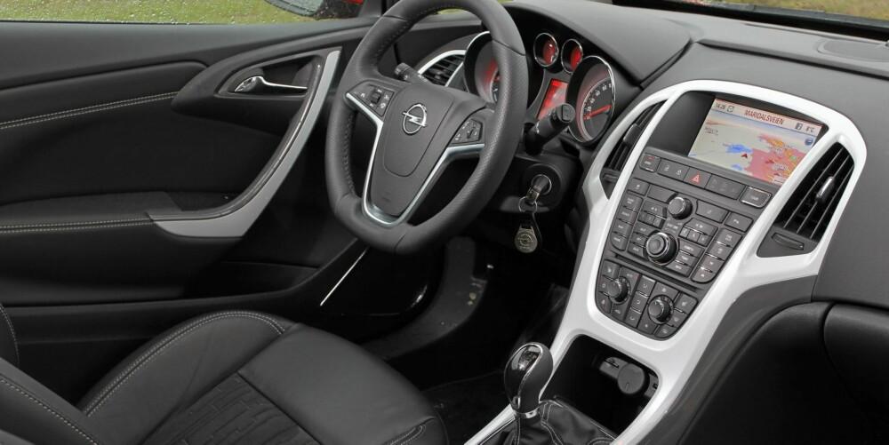 SOLID: Interiøret er stypisk tysk og gir et veldig solid inntrykk. Alle knappene i midtkonsollen krever tilvenning.