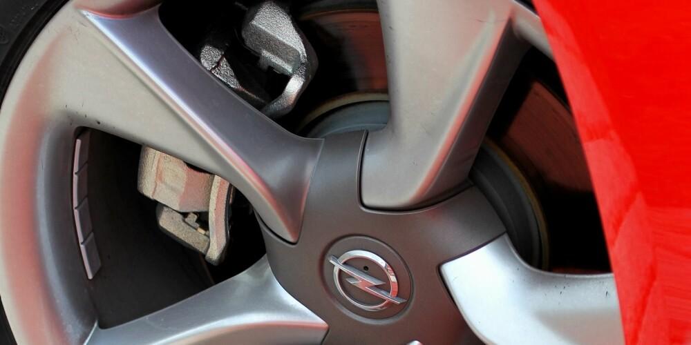 STORE HJUL: Fjæringen i Astra GTC takler den ekstra vekten store hjul medfører. Bilen er mer komfortabel enn sportslig.