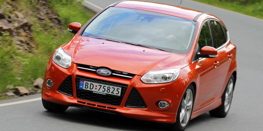 TOPPKARAKTER: Vi er begeistret for kjøreegenskapene til Ford Focus. I kombinasjon med den prisbelønnede minimotoren blir dette en kombo til terningkast 6. FOTO: Terje Bjørnsen.