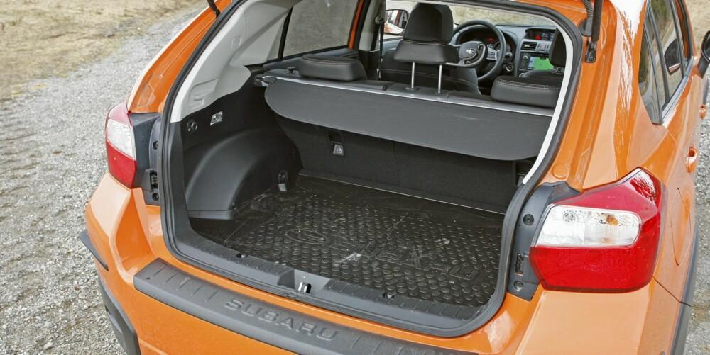 KOMPAKT: Subaru har tryllet fram godt med plass i selve kupeen, men bagasjerommet er på kompaktklassenivå. Foto: Petter Handeland