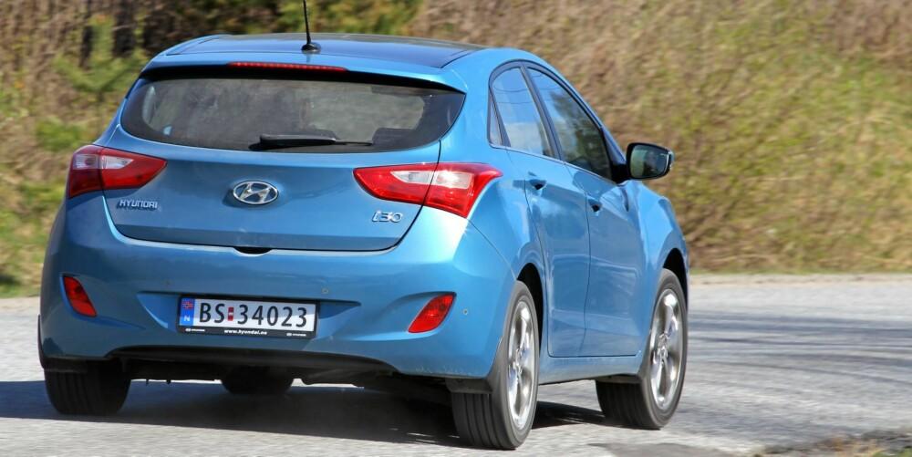 LETTKJØRT: Hyundai i30 er mer lettkjørt enn leken. Kjøremesteren Ford Focus byr på langt mer underholdning bak rattet.