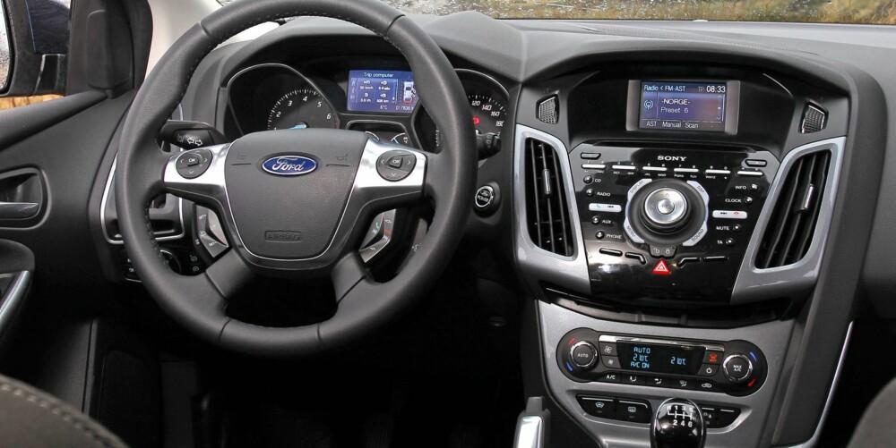 BLANDET: Vi sitter godt i Ford Focus, men i en velutstyrt bil blir det såpass mange knapper at det tar litt tid å finne ut av. FOTO: Petter Handeland
