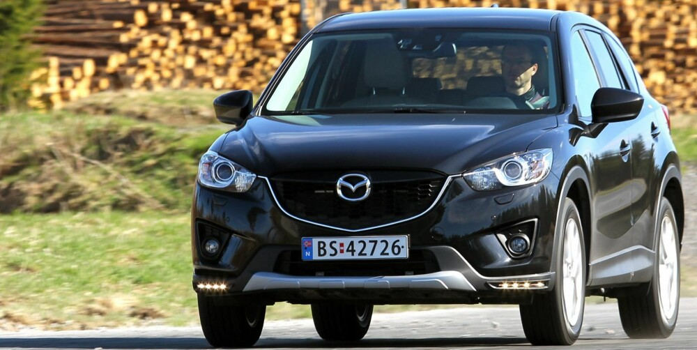 VELKJØRENDE: Mazda CX-5 stiller til start med kjøreegenskaper i tetsjiktet blant SUV-ene. Én årsak til det er at Mazda har holdt vekta nede. FOTO: Petter Handeland