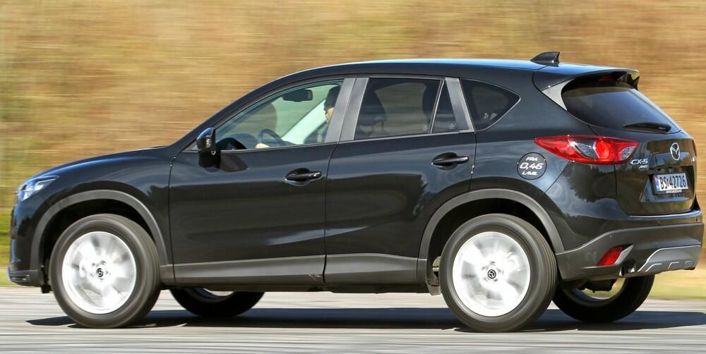 TO OG FIRE: Som nesten alle andre kompakt-SUV-er på markedet kan Mazda CX-5 fås med enten to- eller firehjulsdrift. Kun forhjulsdrift sparer penger og drivstoff, mens firehjulsdrift særlig gir bedre vinteregenskaper. Firehjulsdriftssystemet er av den typen der bakhjulene får kraft først når sensorer registrerer hjulspinn. FOTO: Petter Handeland