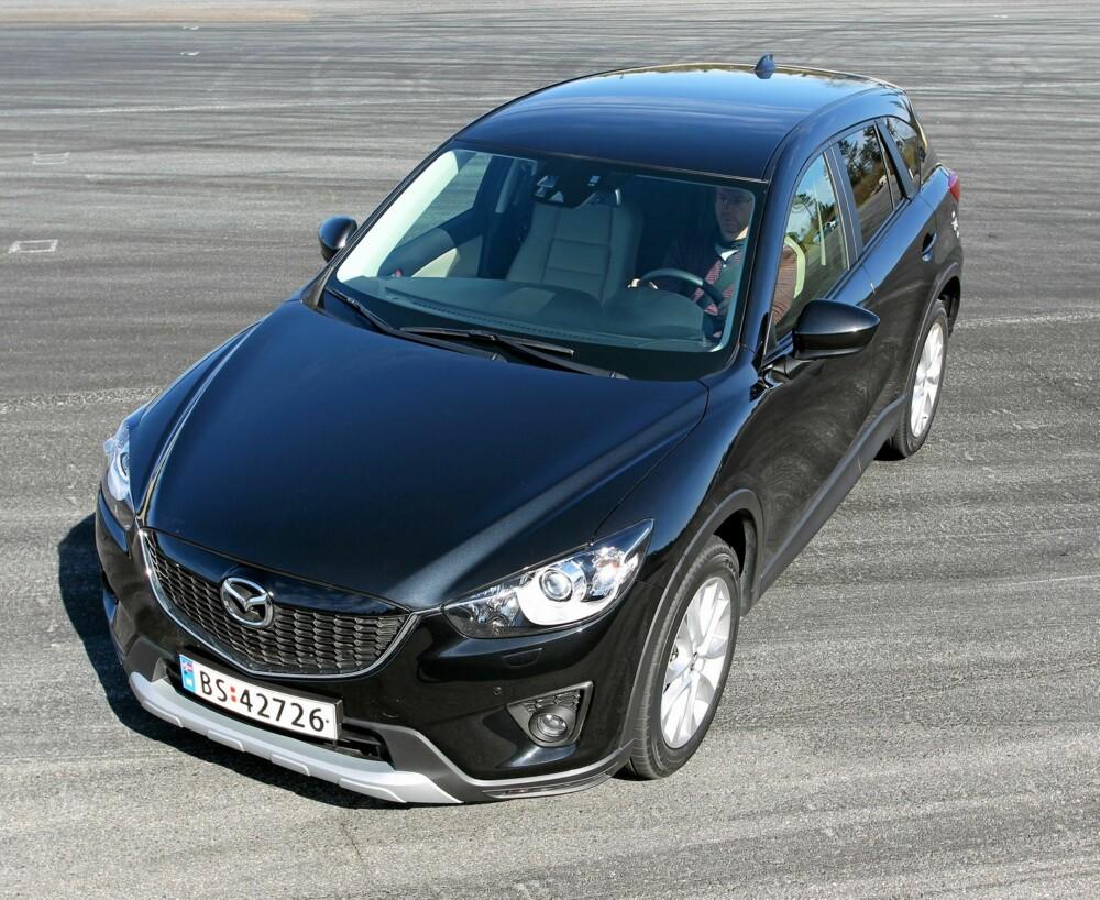 STORSNUTETE: Med bratt grill i fronten minner Mazda CX-5 fra visse vinkler om en BMW-SUV. Den rette SUV-framtoningen er på plass. FOTO: Petter Handeland