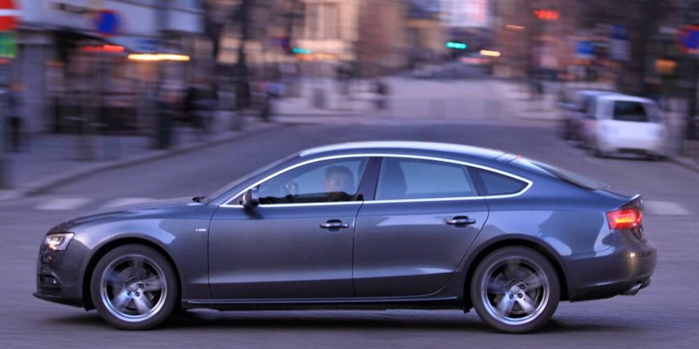 SJELDEN KOMBO: Audi A5 Sportback tilbyr en sjelden kombinasjon: Lekker design, en relativt praktisk karosseriløsning og en pris som takket være masseprodusert teknikk ikke tar helt av. Foto: Egil Nordlien, HM Foto