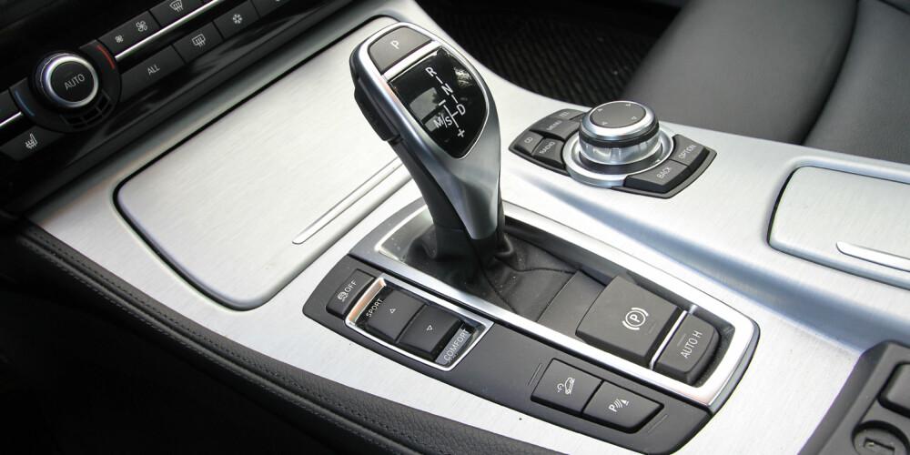 SENTRALEN: I midtkonsollen finner du hjulet som styrer iDrive-systemet, girspak som skifter mellom ulike innstillinger for automatgiret og Adaptive Drive knappen som endrer karakter på bl.a. understellet. FOTO: Terje Bjørnsen
