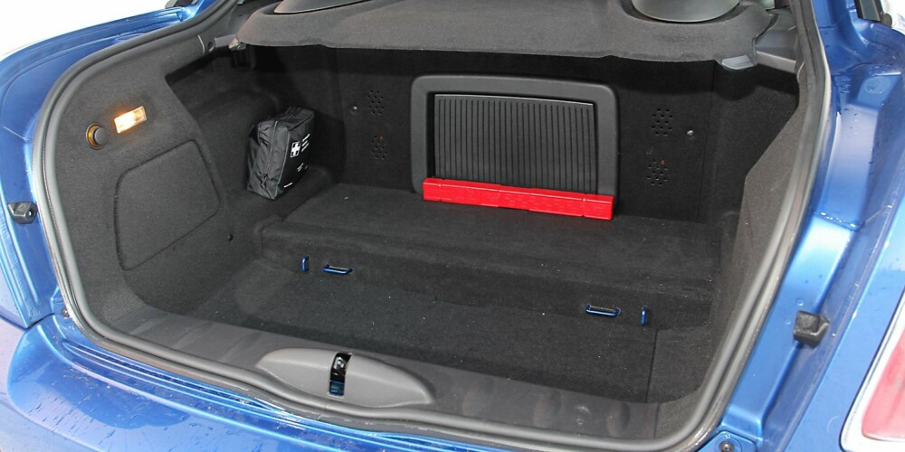 HOLDER FOR TO: Med 280 liter har Mini Coupe Cooper S et greit bagasjerom for biltypen. Men praktisk blir den aldri.