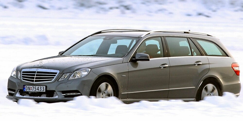 TYSK TANKS: Det skal veldig mye til for å stoppe en Mercedes E-klasse med firehjulsdrift. Der tohjulsdrevene biler sliter tungt, har den som regel spikerfeste. FOTO: Egil Nordlien, HM Foto