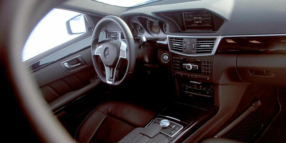 KONSERVATIVT: Det er ikke fullt så synlig at du har brukt mye penger i en Mercedes E-klasse som i konkurrentene fra BMW og Audi. Det den mangler av synlig bling, prøver den å ta igjen i soliditet og lettbrukthet. Ikke minst er den svært rommelig. FOTO: Egil Nordlien, HM Foto