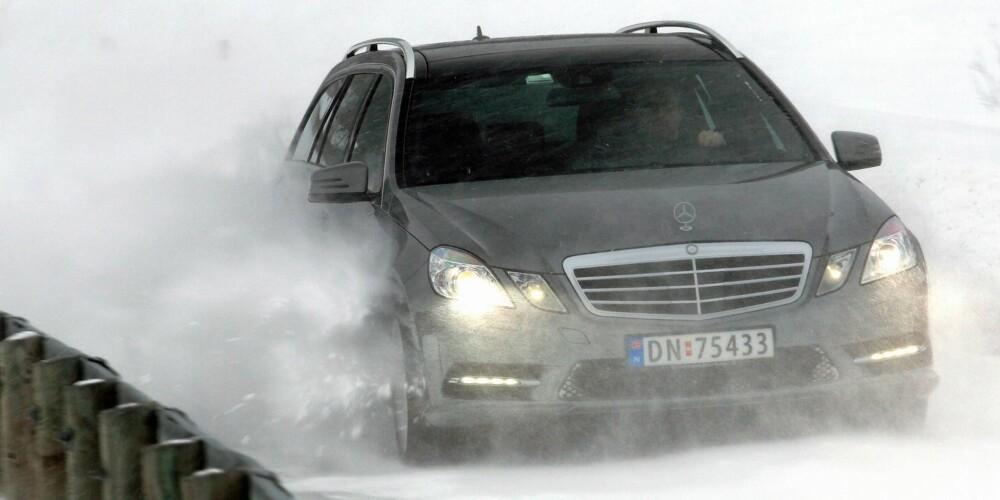 TEST MEG! I tøft vintervær er det som om bilen ber om prøvelser. En snøskavl midt i veien tygger den i seg og spytter ut til siden, nesten uten at det merkes. FOTO: Egil Nordlien, HM Foto
