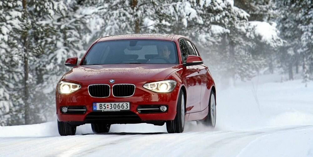 MILSLUKER: Som BMW'er ellers er nye 1-serie en skikkelig milsluker. Her langs veien i Femundsmarka.