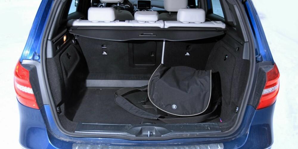 PLASS: Bagasjerommet rommer 486 liter - godt og vel 100 liter mer enn de beste rene kompaktklassebilene. Plassen øker til 1545 liter med setene nedfelt.
