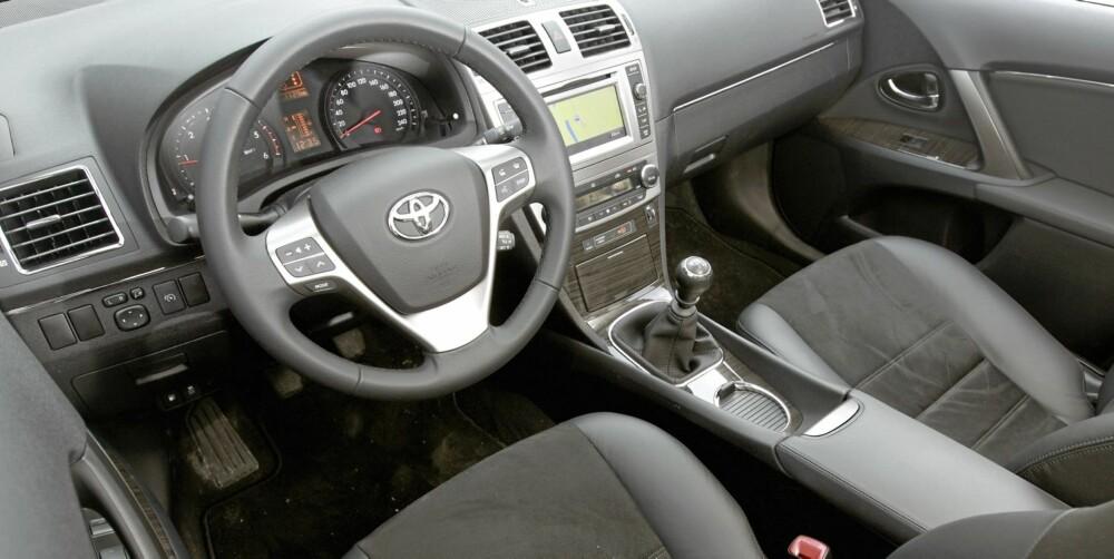 FEIL VERSJON: Dette bildet er fra en dyrere versjon, men gir en pekepinn på hvordan nye Avensis ser ut på innsiden. Kun enkelte materialvalg skiller denne fra testbilen.