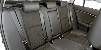 BAKSETET: God komfort og plass, men forholdsvis kraftig stigende vinduslinje bakover på bilen har to ulemper. Små barn har dårlig sikt ut av sidevinduene, og sikten bakover for sjåføren lider