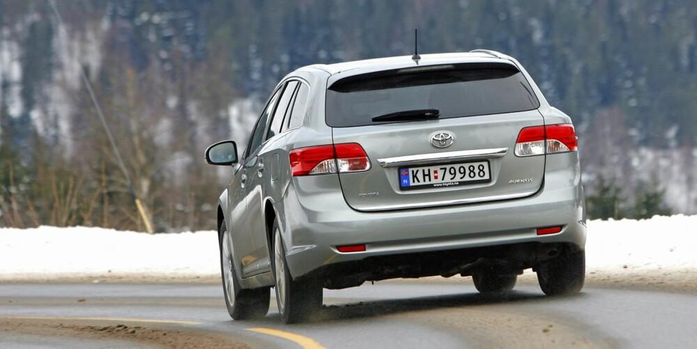 GANSKE LIK: Bakfra er det kun detaljer som skiller nye Avensis fra utgående modell. Men det betyr ikke at den ser gammeldags ut.