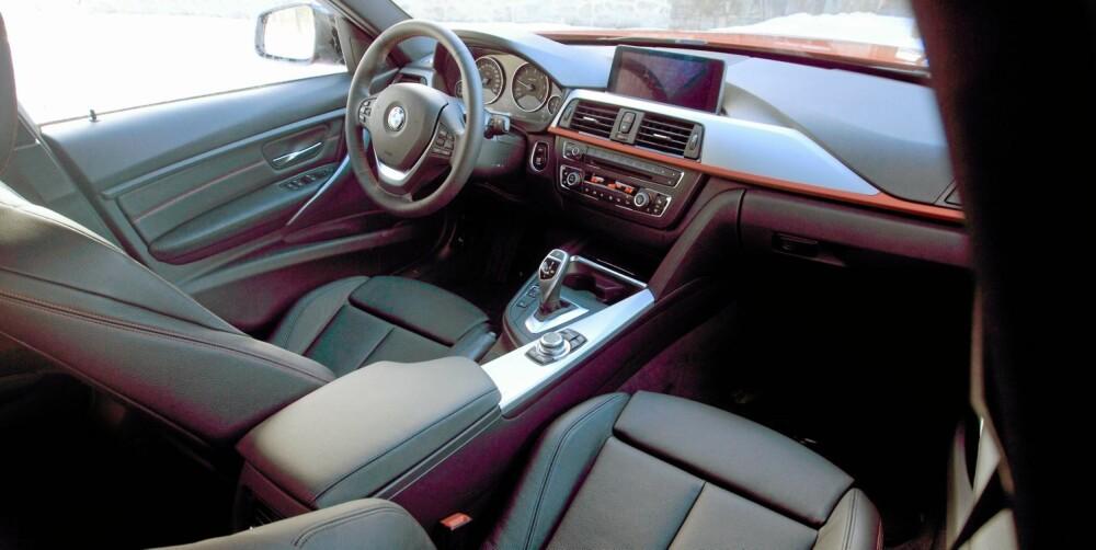 SPORTSUTSTYR: Vår bil hadde utstyrspakken med nydelige sportsseter. Skinn koster 20 200 kroner i tillegg.