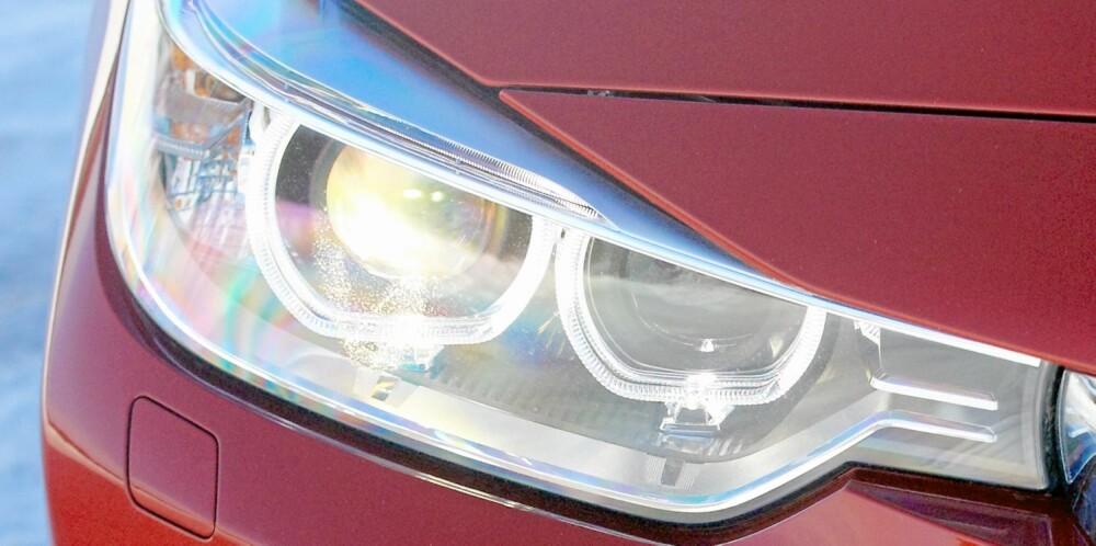 BREDT: Smale og lange frontlykter er med på å skape et visuelt inntrykk av at bilen er lav og bred.