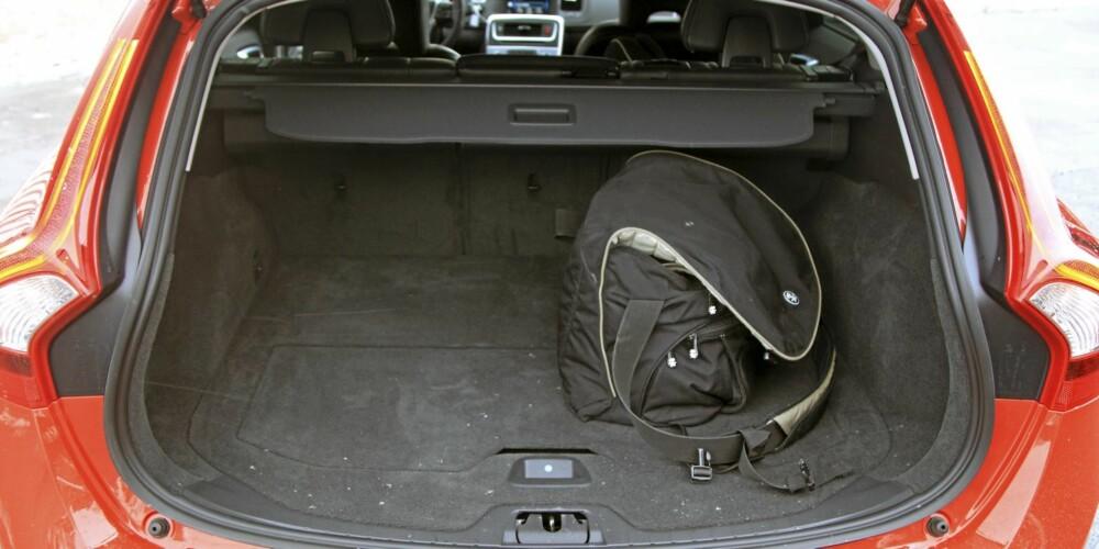 TRANGERE: 430 liter bagasjeromsvolum er Iite i en ganske stor stasjonsvogn. I stedet for skiluke i bakseteryggen kan hele midtdelen legges ned. Det kan i noen tilfeller hjelpe på plassmangelen.