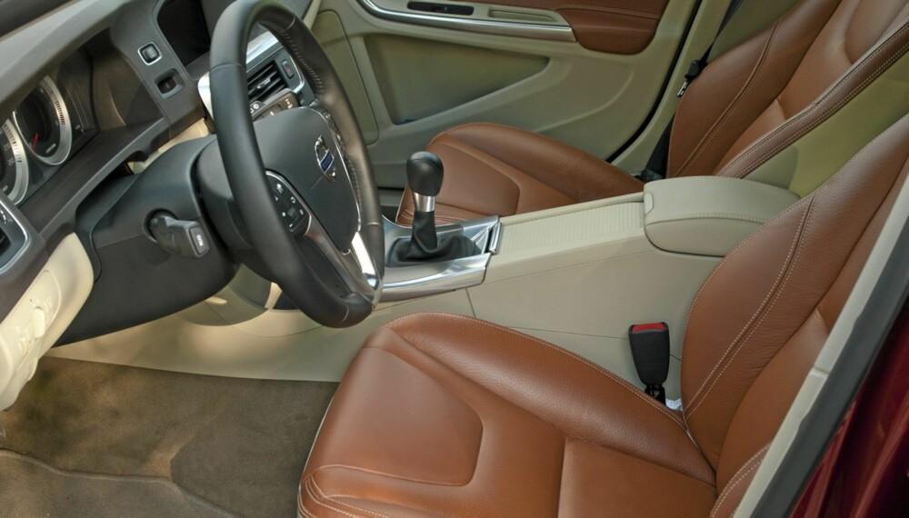 SITTER BRA: Volvo lager noen av bransjens beste seter. Når du i tillegg kan dra rattet langt mot deg, skal det mye til for at du ikke finner en sittestilling som passer.