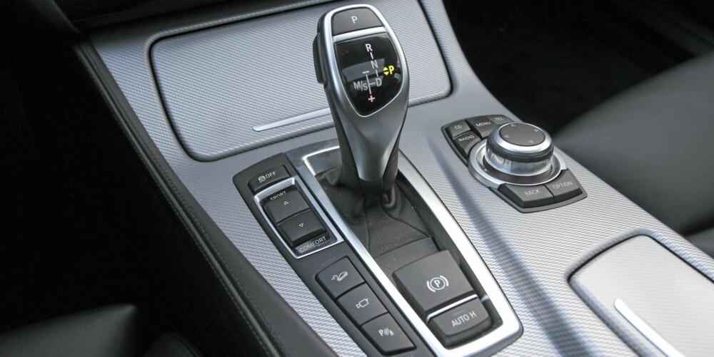 Kommandosentral: I midtkonsollen sitter blant annet knappene for betjening av Adaptive Drive og hjulet som styrer iDrive-systemet.