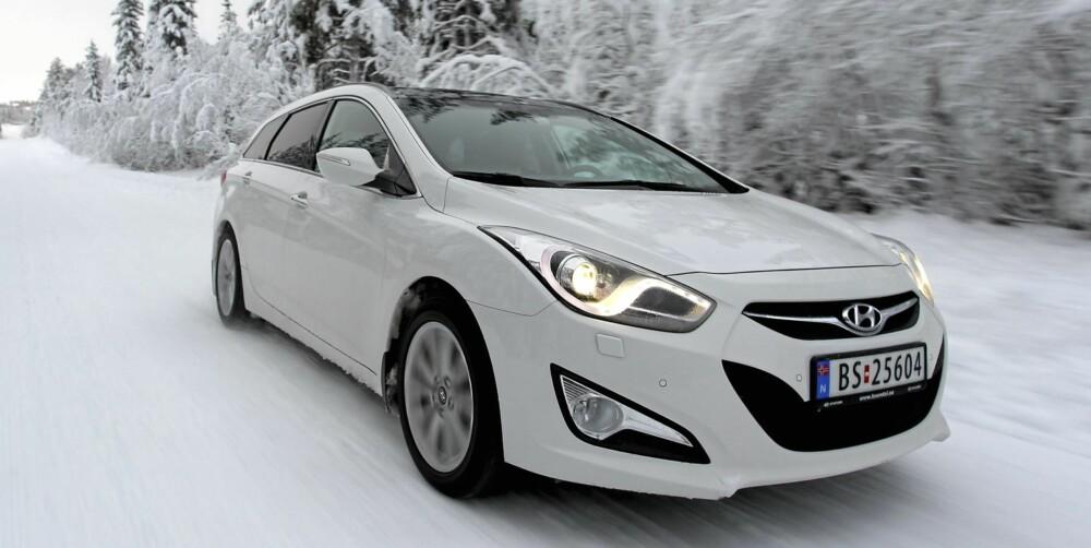 KJØRER BRA: i40 er underholdende å kjøre både sommer og vinter, og den skiller seg ut med sitt spenstige design.