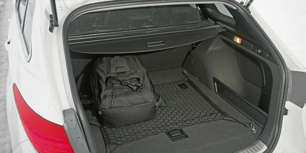 PLASS: I bagasjerommet, som er oppgitt til 553 liter, er lengden og bredden temmelig lik det en finner i Passat.
