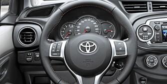 NYTT: I motsetning til tidligere Yaris-generasjoner er instrumentene nå plassert rett foran rattet.
