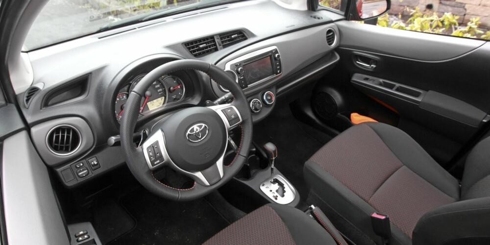 KOMFORTABEL: Toyota Yaris er mer voksen på veien enn størrelsen skulle tyde på. Et smidig understell er noe av grunnen.