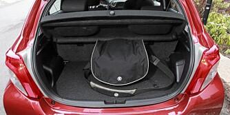 PLASS: Samlet bagasjerom med to nivåer er økt til 286 liter. Med baksetene nedfelt rommer bilen 768 liter.