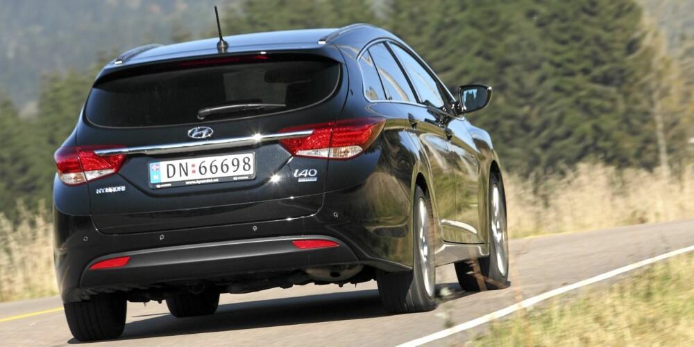 TAR SEG UT: Mange har sendt lange blikk etter Hyundai i40 i testperioden. Omtrent like mange er overrasket over at bilen de ser etter, er en Hyundai. For den ser jo så bra ut! FOTO: Egil Nordlien, HM Foto
