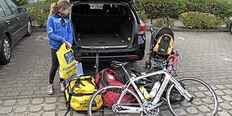ALT SKAL INN: To voksne, tre barn, feriebagasje for ei uke og barnetrille og racersykkel i tillegg. FOTO: Øyvind Jakobsen