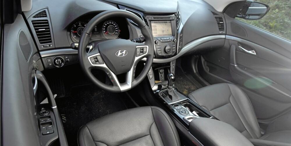 ALT INKLUDERT: En Hyundai i40 i Premium-versjon er fullstappet med utstyr. Skinn, stor navi-/infoskjerm, stort soltak (testbilen manglet dette på grunn av tidlig produksjonsnummer), elektrisk seteinnstilling med minne, varme i rattet - den har kort sagt alt. Med automatgir koster den 413.000 kroner, og det er en svært konkurransedyktig pris. FOTO: Egil Nordlien, HM Foto