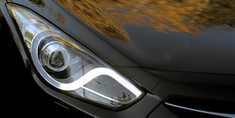 SIGNATUR: Hyundai bruker bølgen i frontlyset som kjennetegn for i40. De svingbare xenonlys, som er standard for Premium-utgaven, sluttet å svinge på seg i løpet av testperioden. FOTO: Egil Nordlien, HM Foto