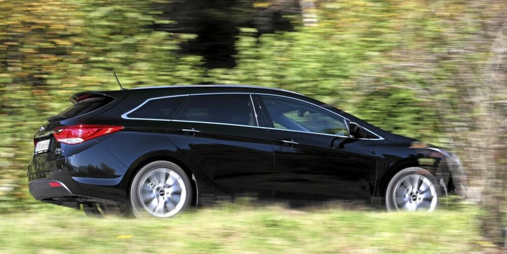 KJØREGLEDE: Hyundai i40 er merkets klart beste bil når det gjelder kjøreopplevelse. En direkte styrefølelse og passe fast understellsoppsett gjør bilen morsom å kjøre aktivt med. FOTO: Egil Nordlien, HM Foto