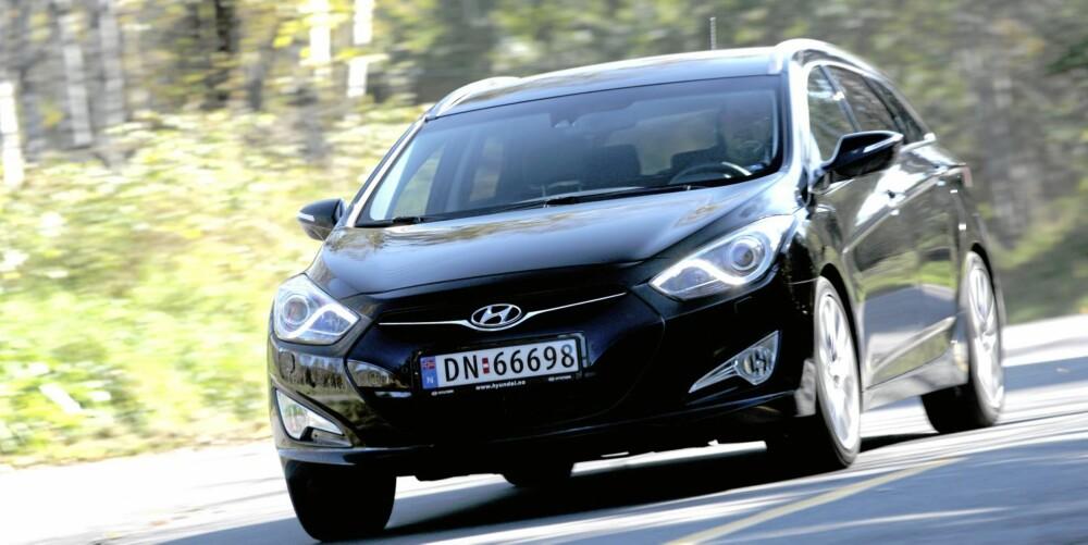 SE OPP: Vi savnet aldri biler som Passat og Mondeo mens vi kjørte Hyundai i40. Bilen er et tydelig varsel om at det koreanske merket er klar for å ta enda et steg opp og fram. FOTO: Egil Nordlien, HM Foto
