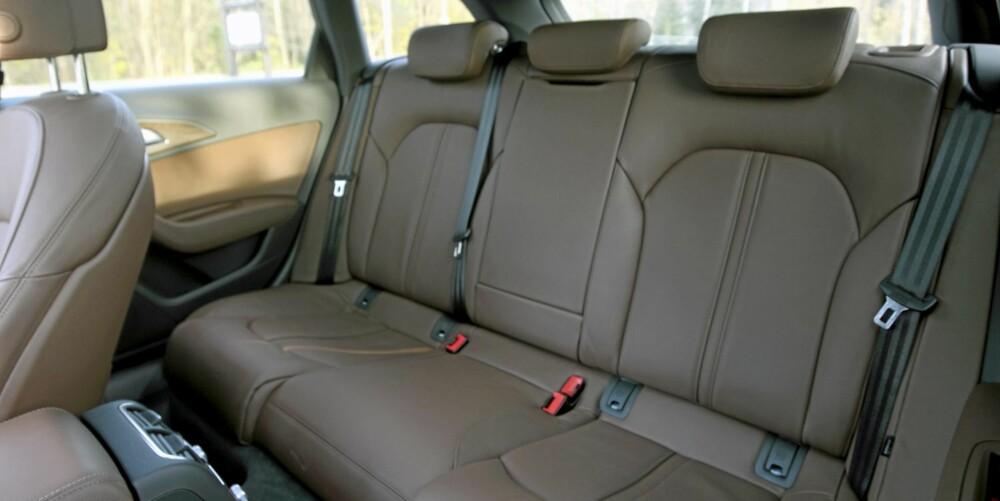 FOR VOKSNE: Spesielt benplassen i baksetet er stor i Audi A6 Avant. Det gjør bilen velegnet på langtur.