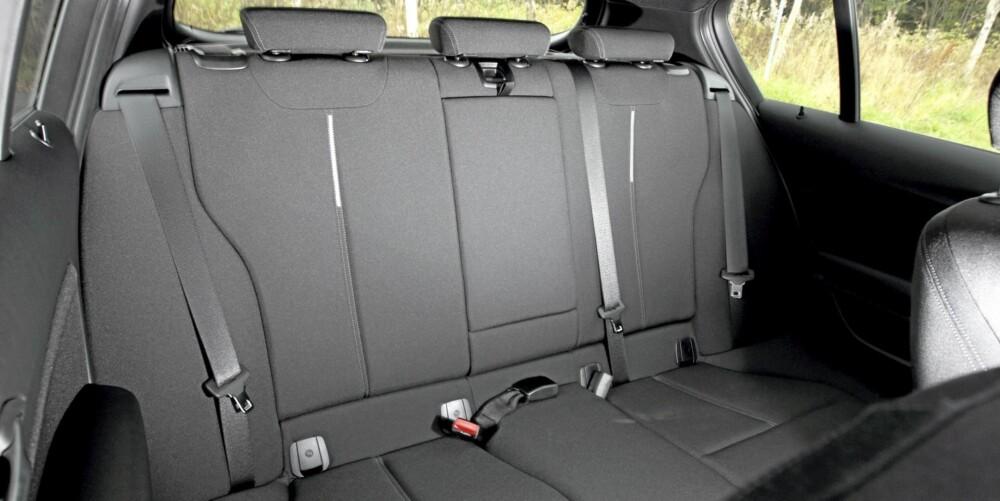 PLASS NOK: BMW 1-serie har nå bakseteplass som ikke gir umiddelbare klaustrofobianfall. Kupeen klarer fire normalvoksne på langtur.