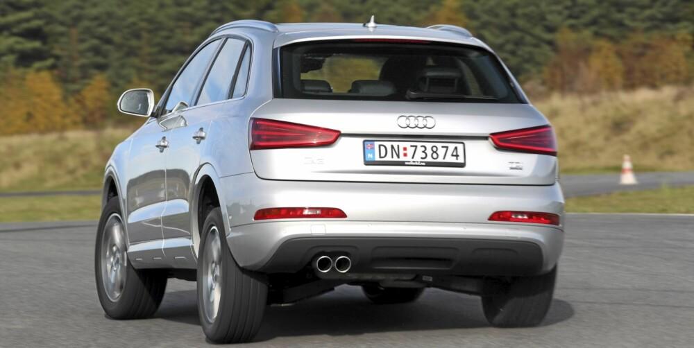 KRENGER: Når Audi Q3 settes under press, krenger og understyrer den klart mer enn de beste bilene i den vesle klassen for kompakte status-SUV-er. FOTO: Egil Nordlien, HM Foto