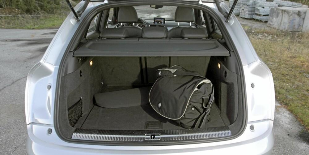 IKKE STORT: Audi oppgir bagasjerommet til 460 liter. Det stusser vi over, for målebåndet vårt viser at det er betydelig mindre, særlig smalere, enn andre bagasjerom med omtrent samme oppgitte litertall. FOTO: Egil Nordlien, HM Foto