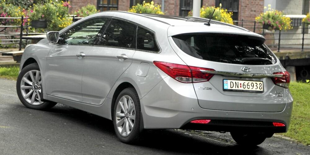 VELDREID: Hyundai i40 ser lavere og bredere ut enn den faktisk er. Designknepet er stigende linjer i bilens sider sammen med en fallende taklinje. Ulempen er dårlig sikt bakover for sjåføren.