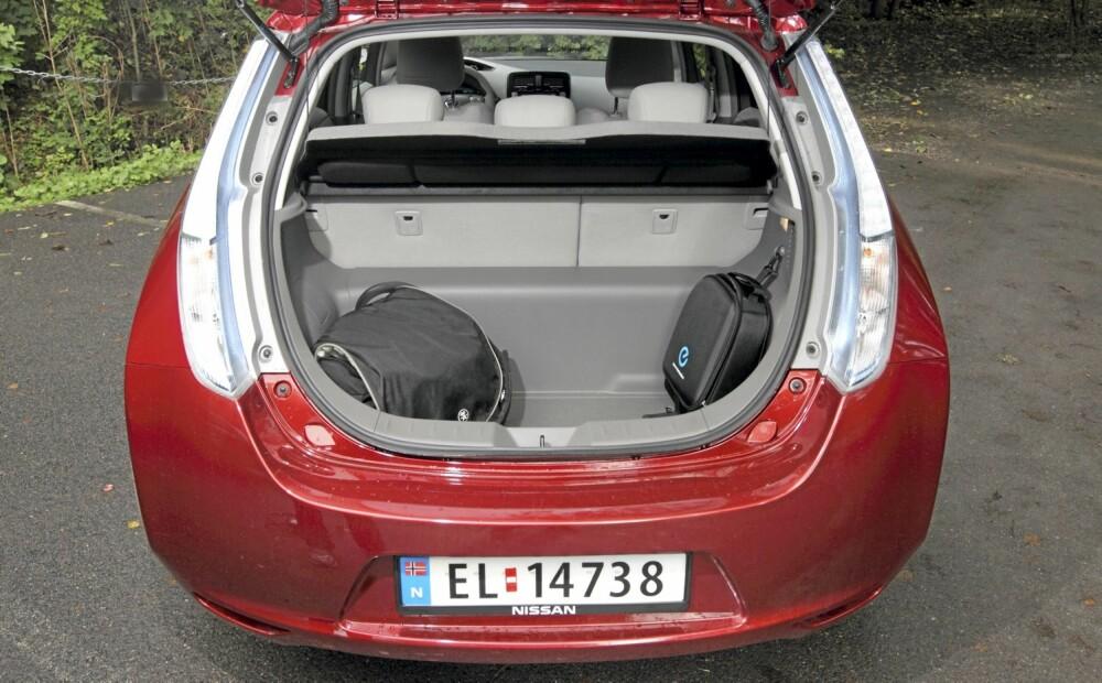 330 LITER: Bagasjerommet er stort nok for det meste Nissan Leaf normalt vil bli brukt til. Batteriene skaper en kant om du legger ned seteryggen.