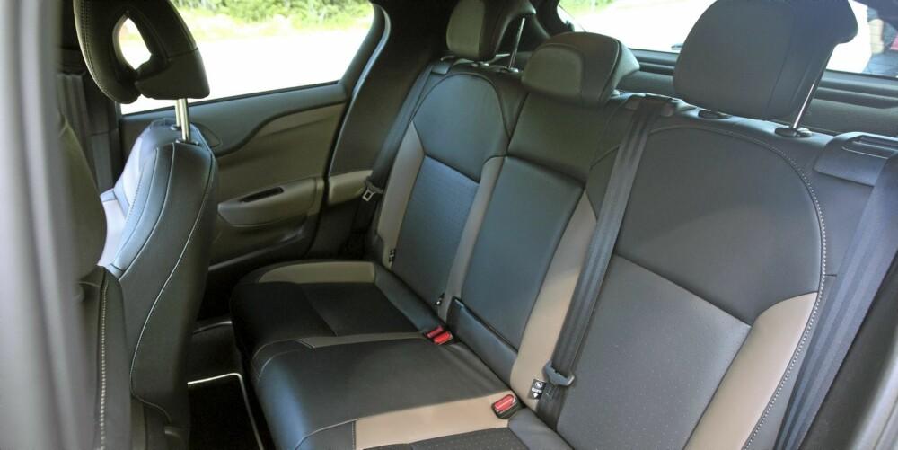 BEGRENSET PLASS: Plass har ikke hatt høyeste prioritet under utvikling av bilen. Den kupeformede taklinjen stjeler sitt.