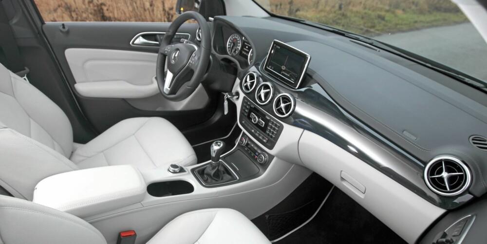 PÅKOSTET: Testbilen har ekstrautstyr for over 100.000 kroner, og da skulle det bare mangle om det ikke vistes på interiøret. Her får du smaken av Mercedes-luksus, men helt gjennomført er den ikke.
